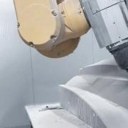 史陶比尔六轴机器人自动加工和铣削赛车 CFRP 部件